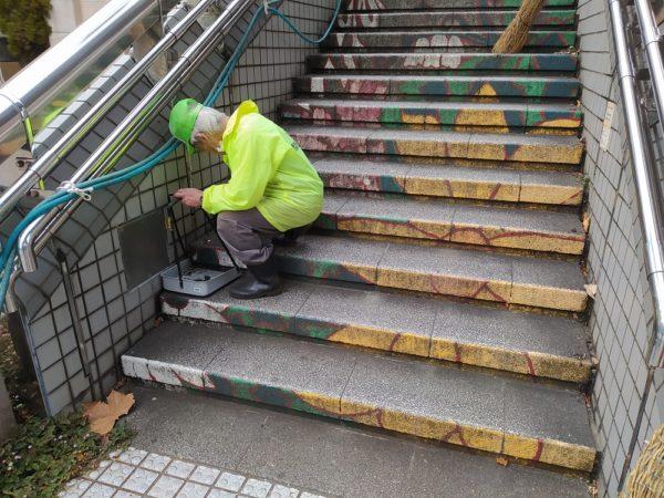 生徒集合前に住民が階段の清掃