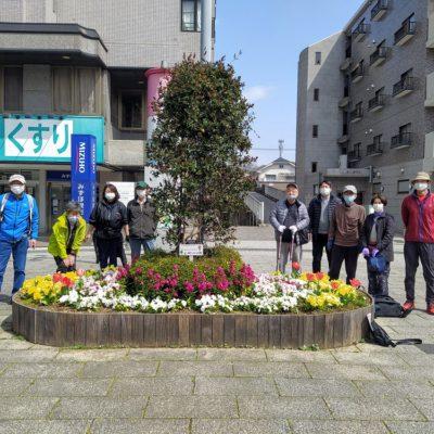 きれいなシンボル花壇前の参加者